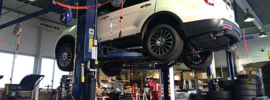 大型SUV車やヘビー級の車両まで対応できるリフトを完備